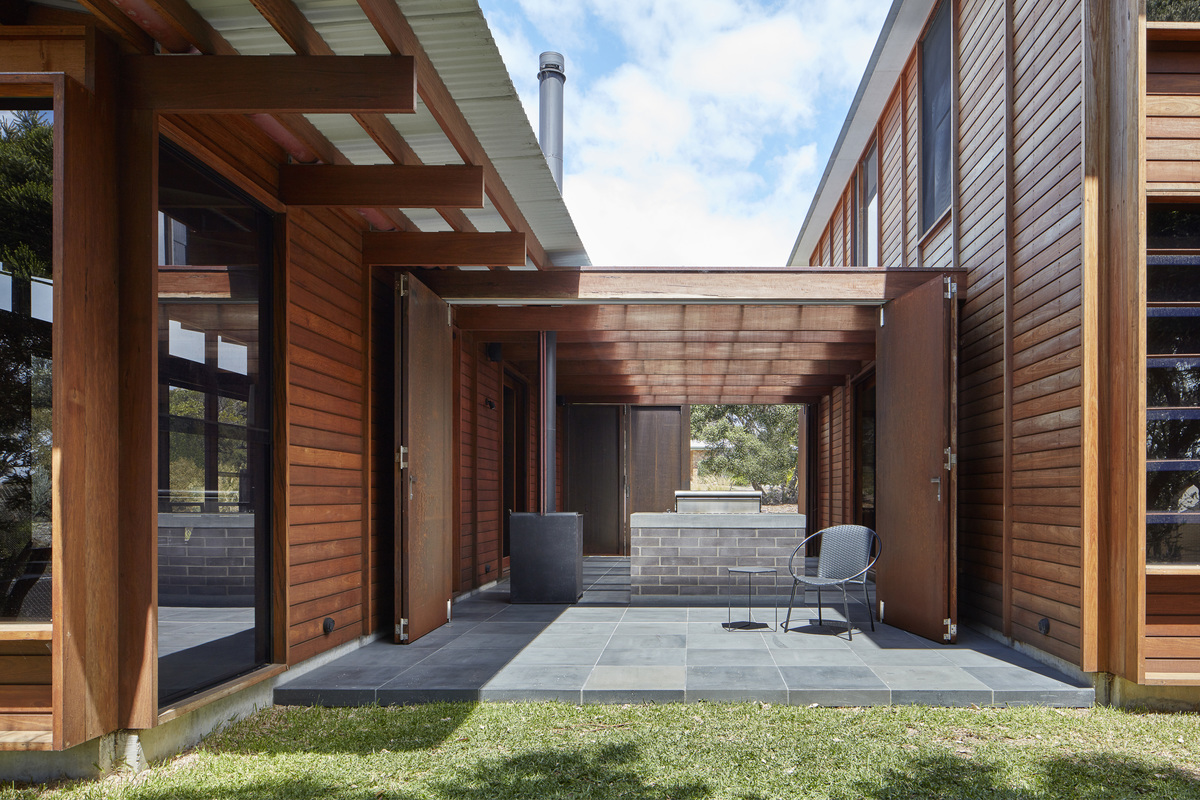 A Courtyard Connects Living and Sleeping Areas at this Beach House