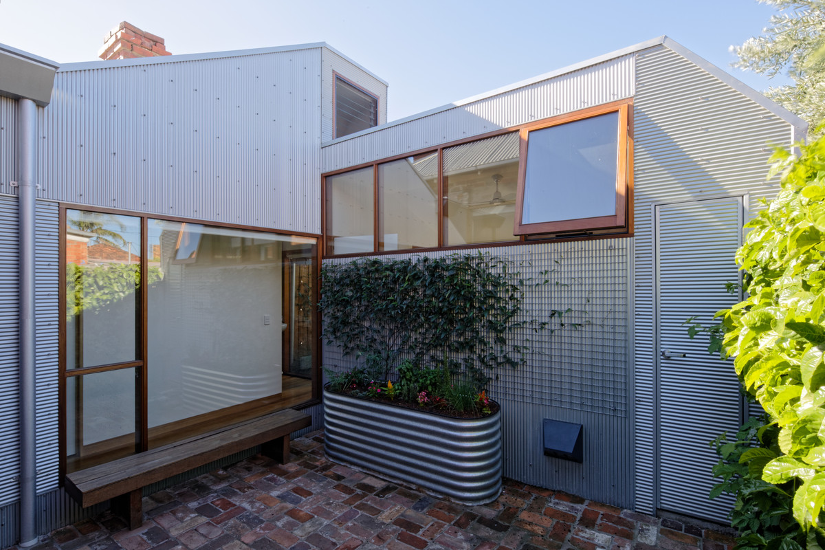 This Rear Addition Feels at Home in Its Gritty, Inner-Urban Suburb