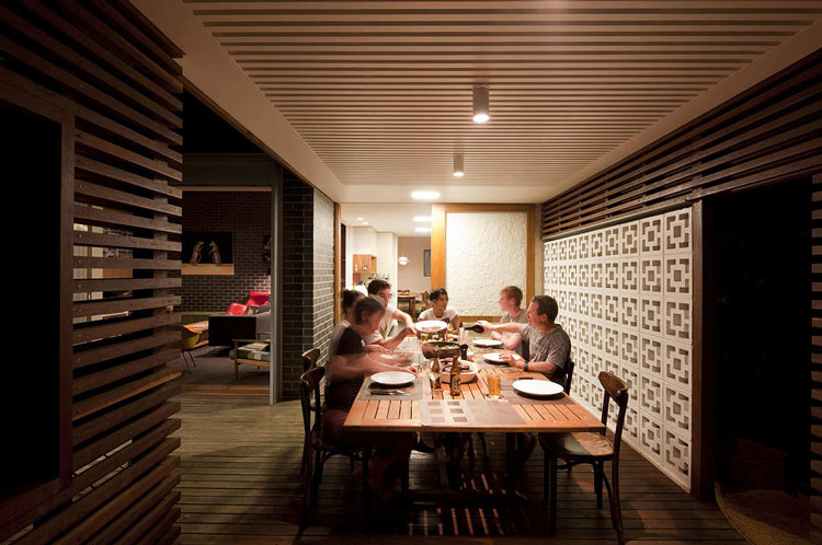 Haberfield House timber batten alfresco dining area with concrete breeze block wall