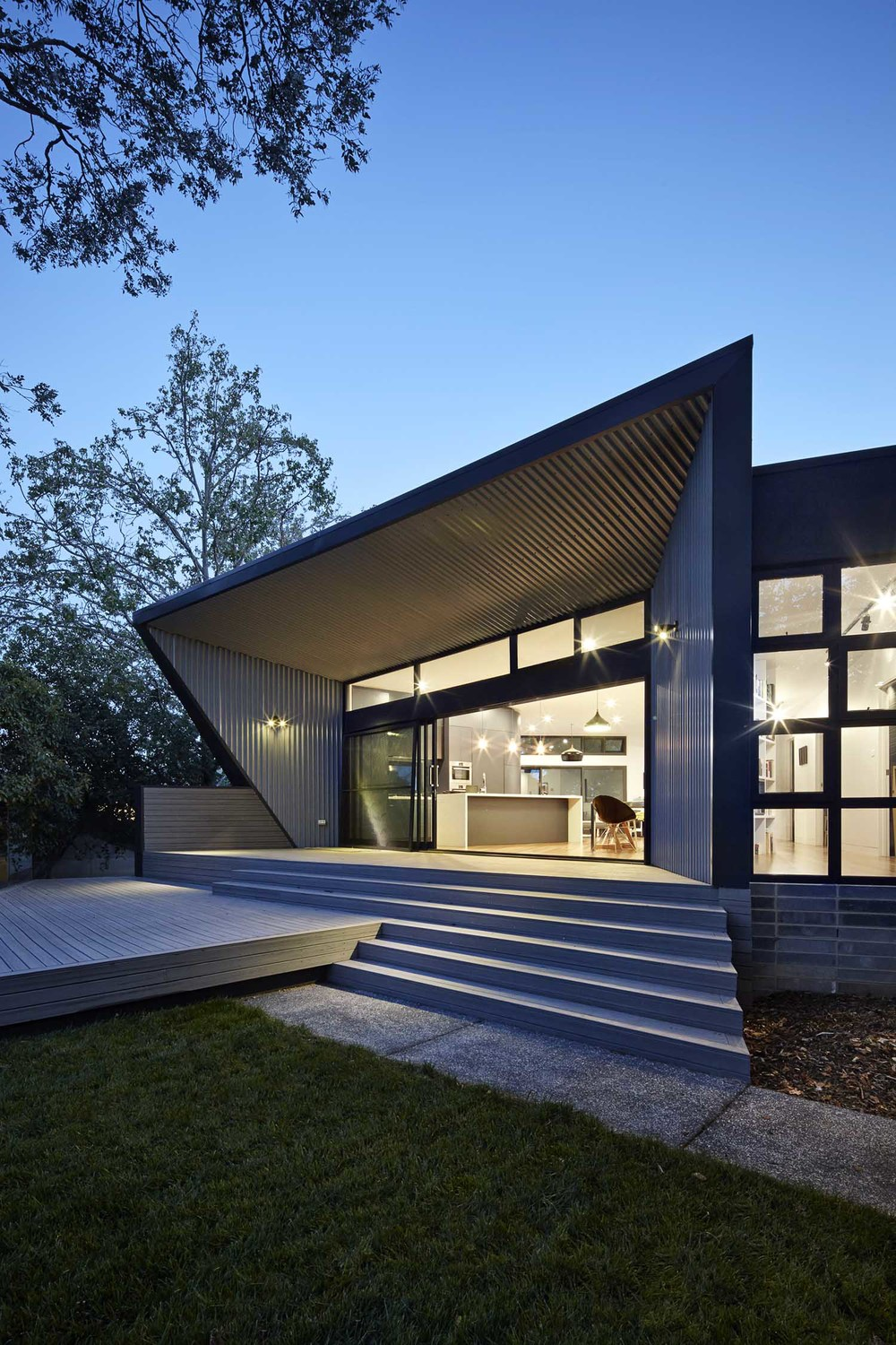 Like a Periscope, This House Curves to Capture the Best Views
