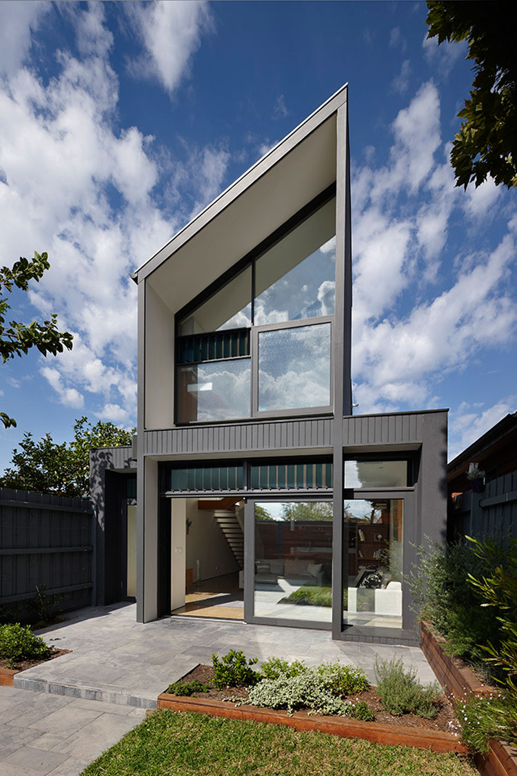 Modern lines and contrasting black and white define the modern extension to the rear of North Fitzroy House