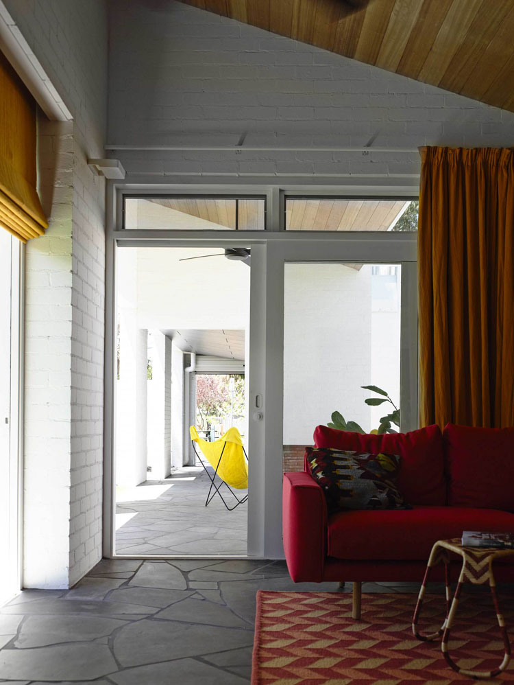 Connection between the indoors and outdoors thanks to a sliding glass door and the continuation of the floor surface