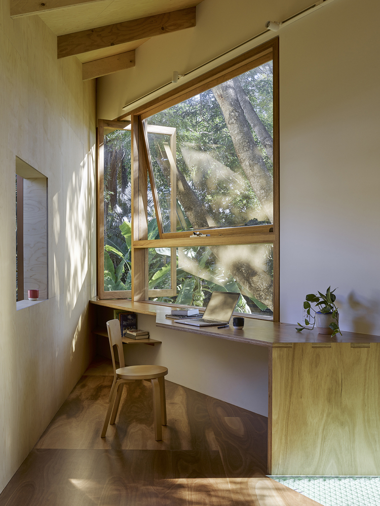 Taringa Treehouse: An Unorthodox Addition at the Bottom of the Garden
