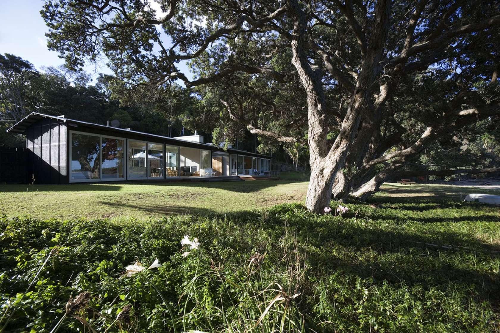 Tawharanui House by RTA Studio (via Lunchbox Architect)