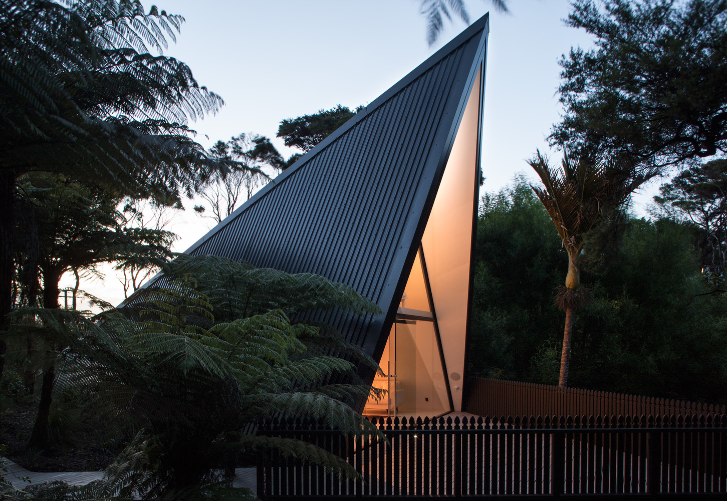Tent House Challenges the Expectations of What a Weekend House Can Be