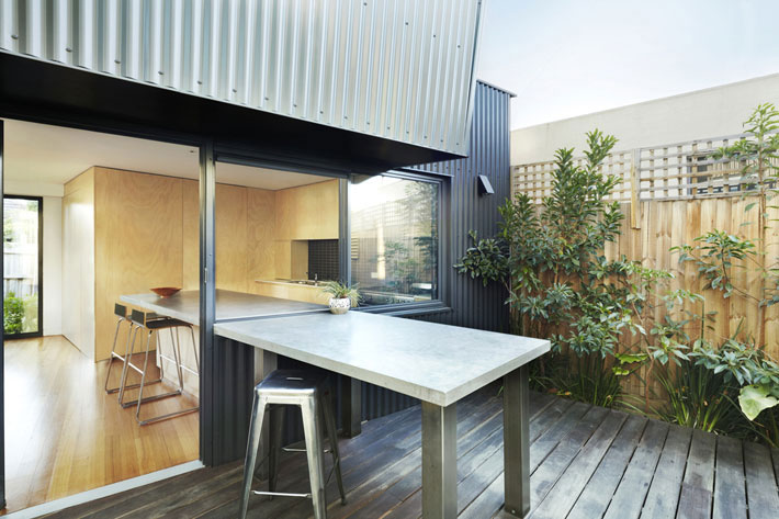 Yarra Street House kitchen and alfresco breakfast bar in sun court