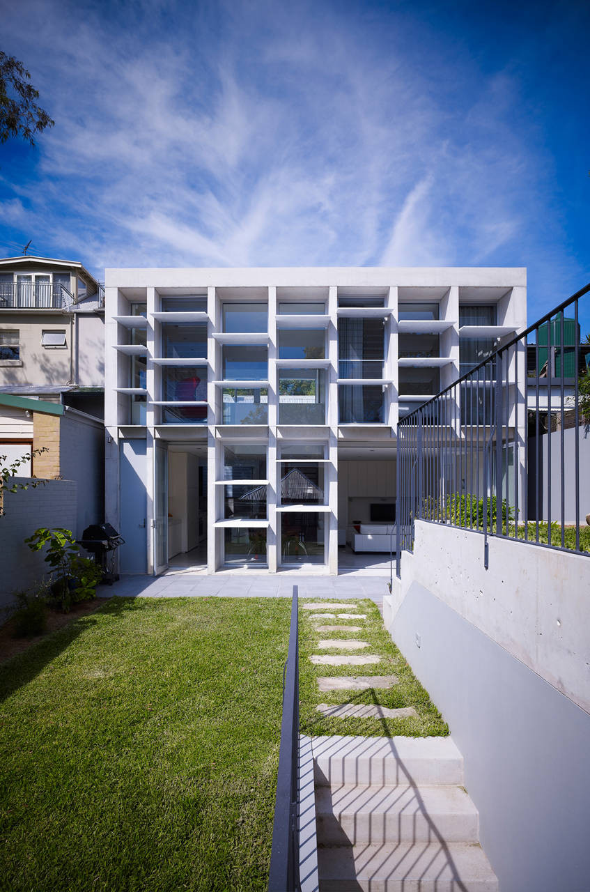 A rear facade playfully filters and disperses light at - Maison camperdown carter williamson architects ...