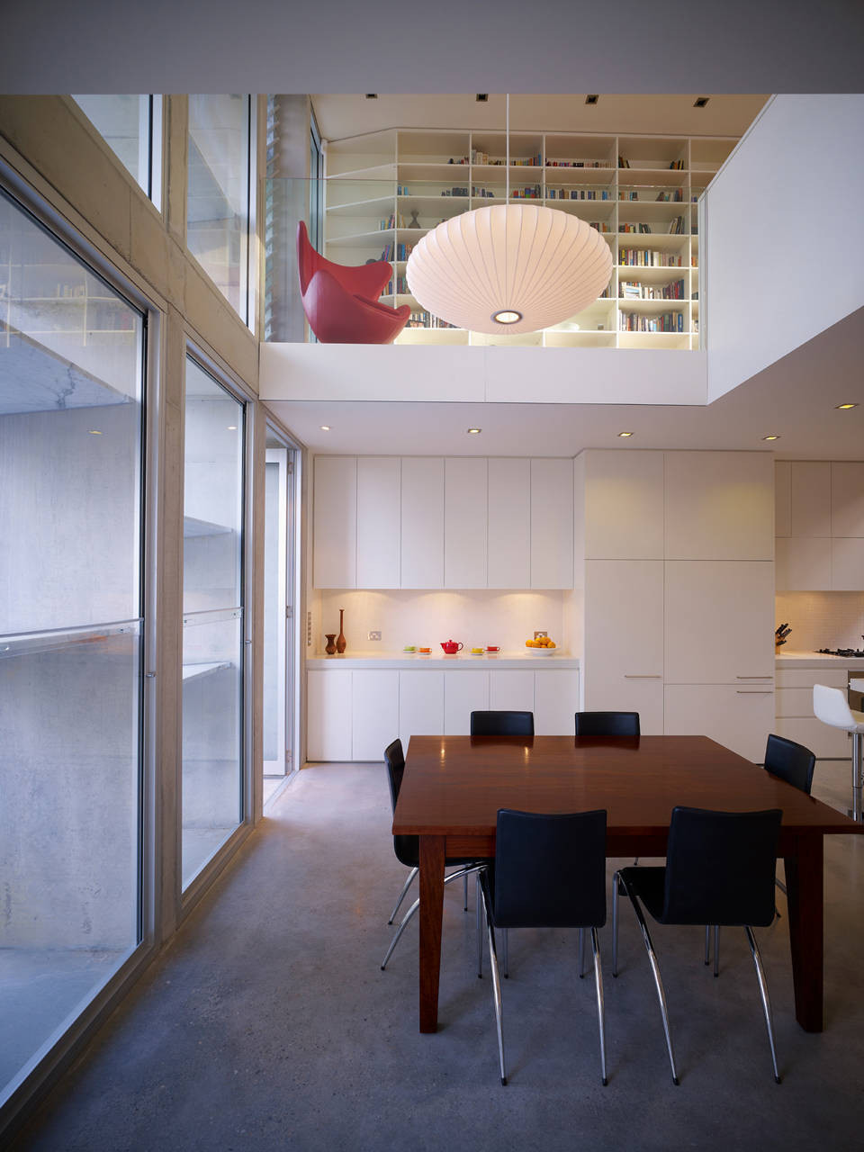 A rear facade playfully filters and disperses light at - Estudios pequenos ...