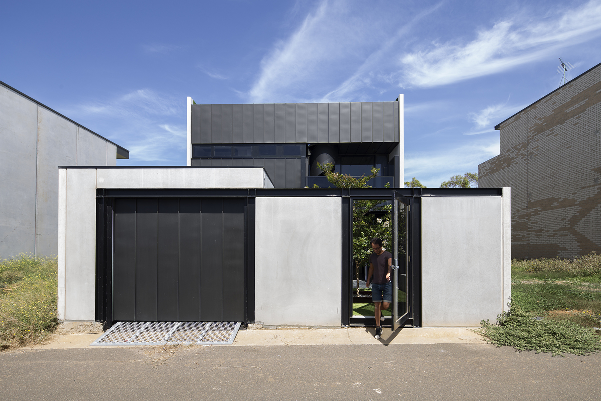 This townhouse on a small block stacks the backyard on the for Architecture zinc