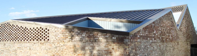 Five courts house 39 s introverted design overcomes its for Moderna architettura mediterranea