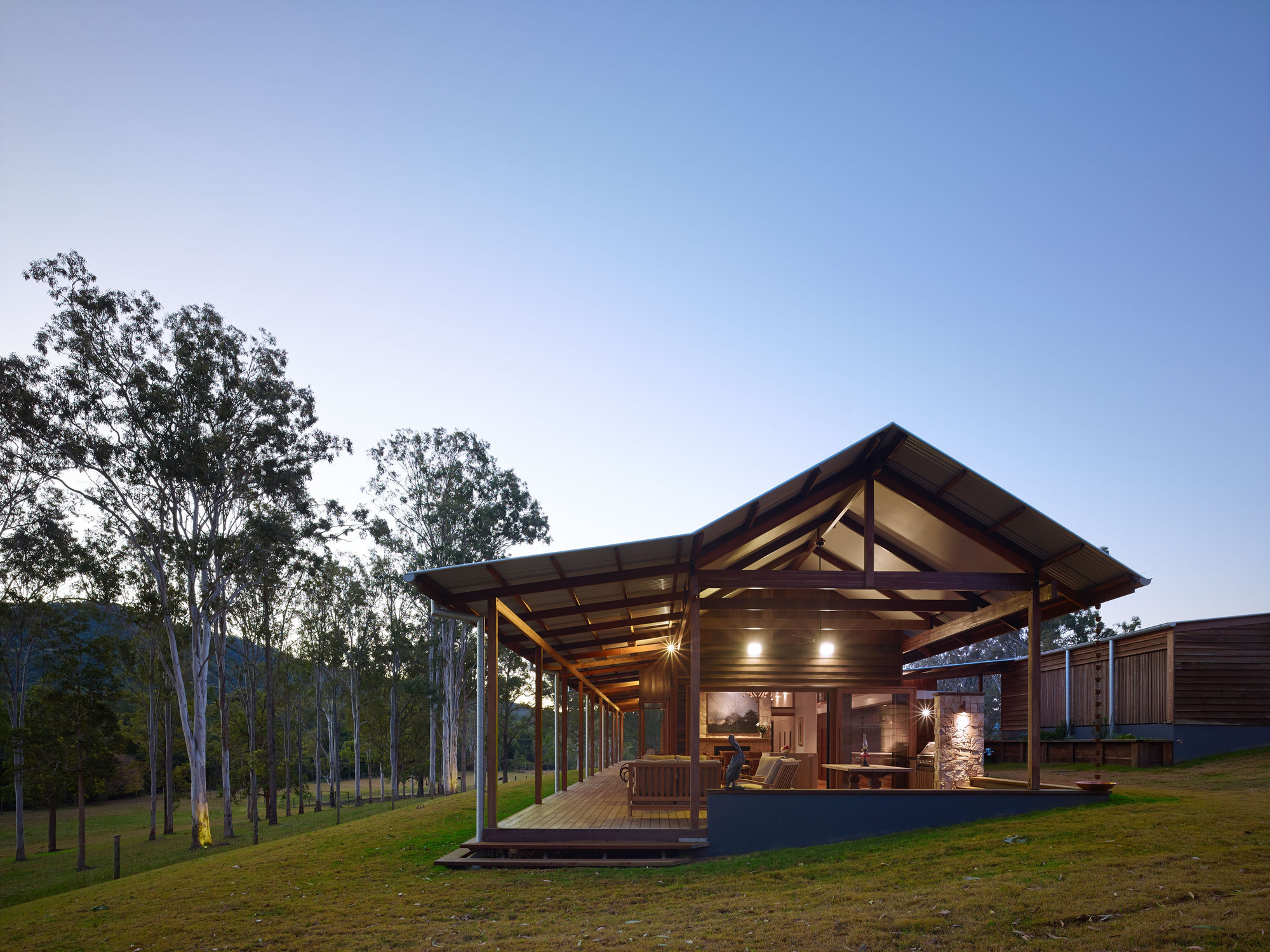 Hinterland house captures the spirit of rural australian style for Home architecture australia