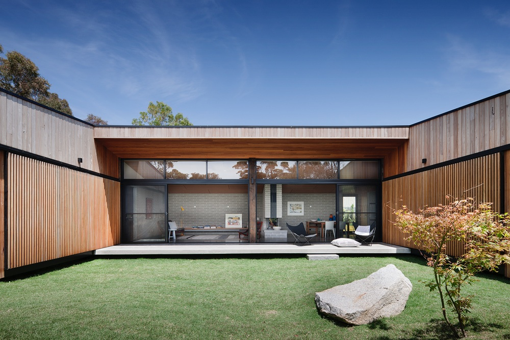 Hover House Drops in on a Disused Backyard Tennis Court in ...