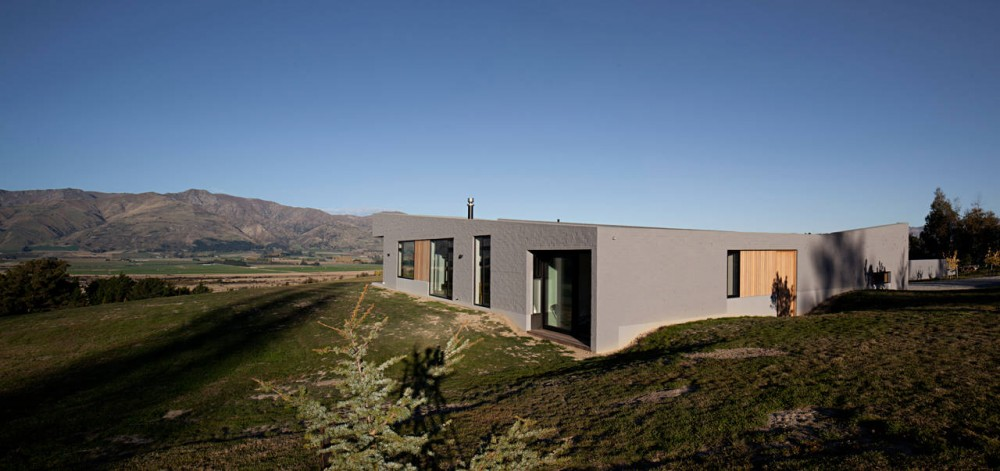 Lake Hawea Courtyard House Bunkers Against A Stunningly