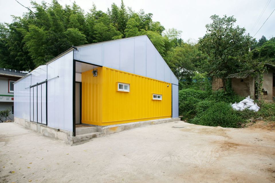Low cost family container home in south korea for Cost of building a roof