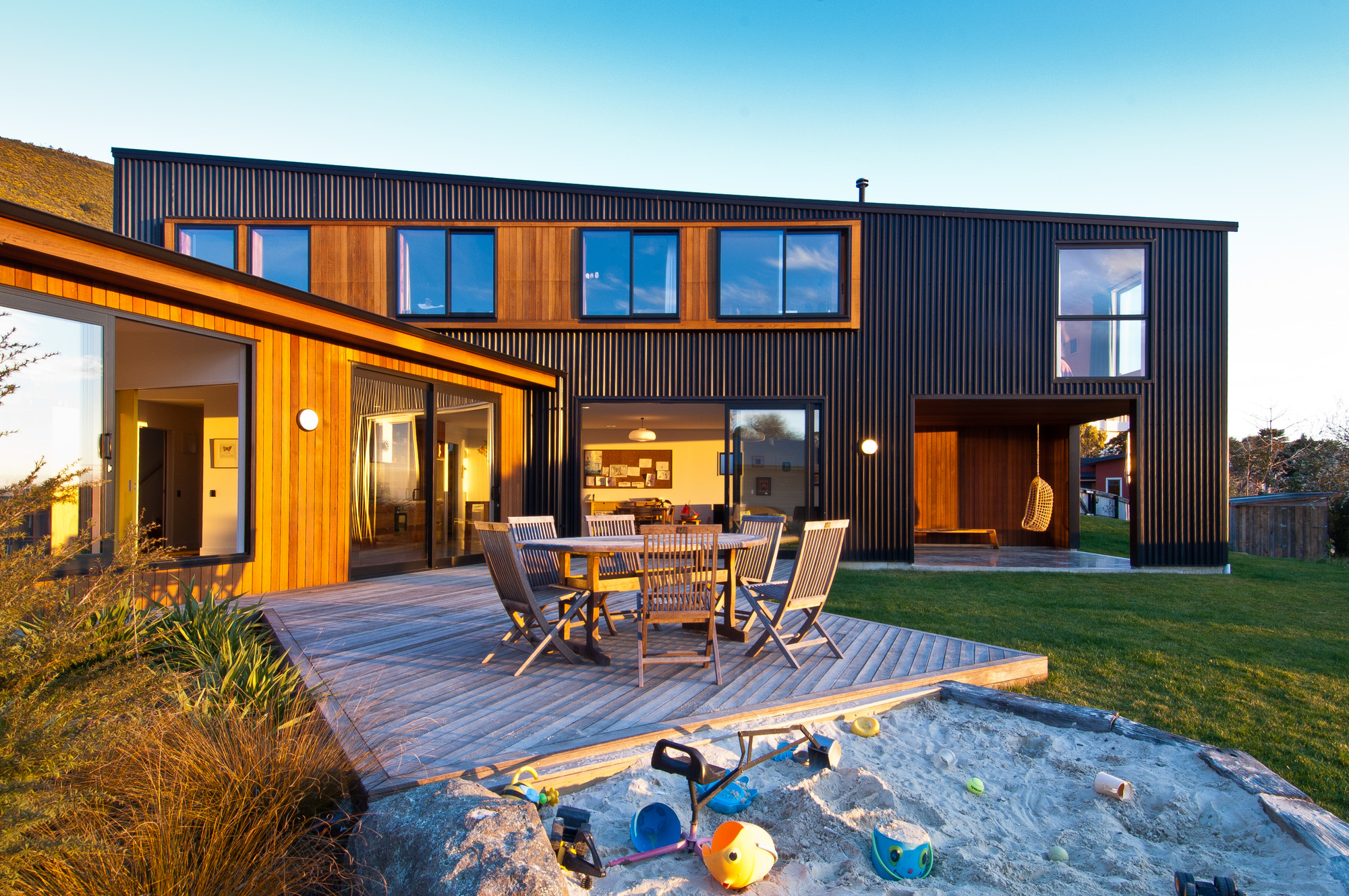 Warm NZ House Designed to Embrace the Sun and View of Tasman Bay