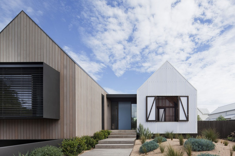 Seaview house 39 s pavilions fit in with its weatherboard for Modern weatherboard home designs