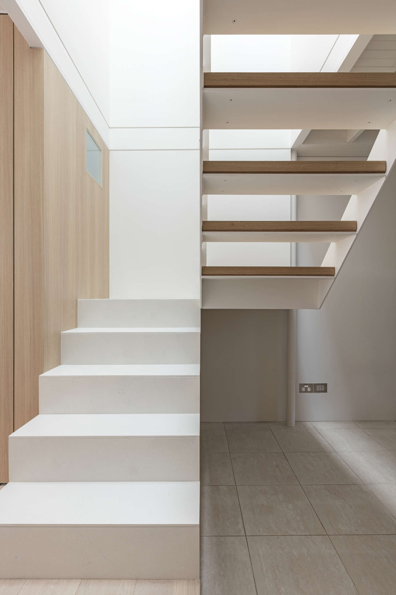 Indoors and outdoors blur together to maximise space in for Escaleras para 3 pisos