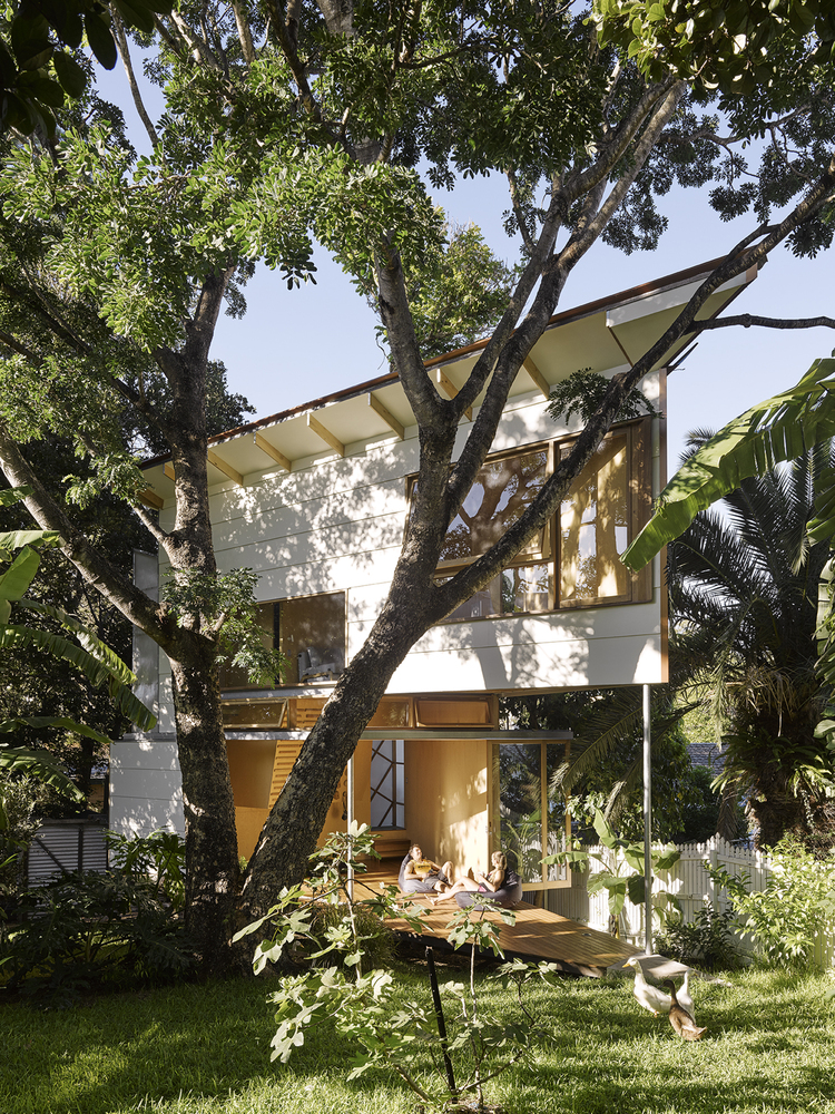 Taringa treehouse an unorthodox addition at the bottom of for Architecture and design tree house