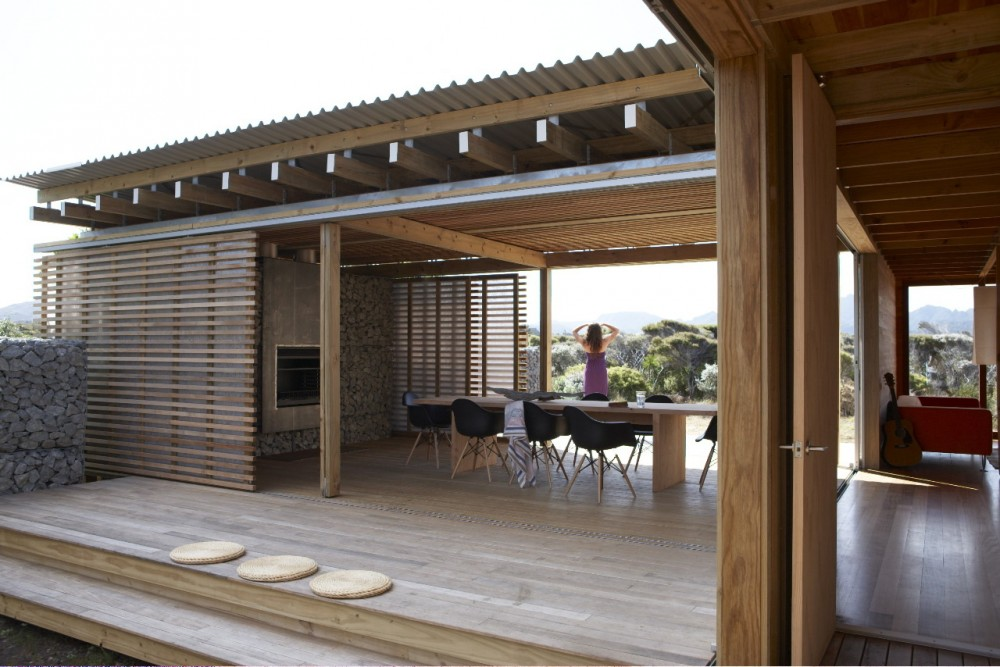 Timms bach a simple but stunning beach shelter in new zealand for Holiday home designs new zealand