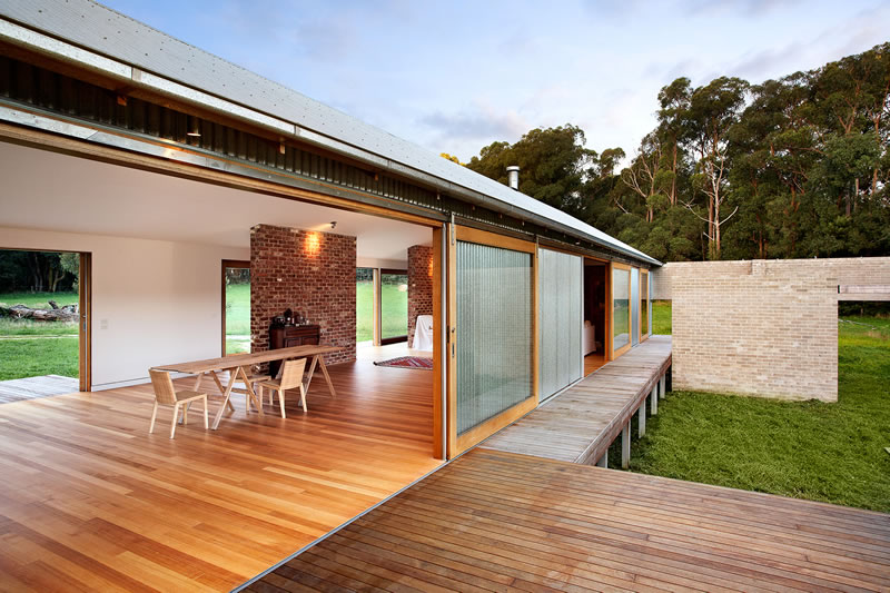 Modern 39 wool shed 39 pays homage to iconic australian for Award winning architectural home designs
